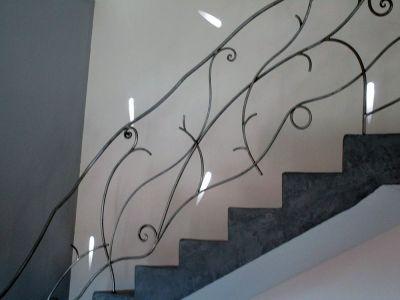 Rampe d'escalier fer forgé et luminaire