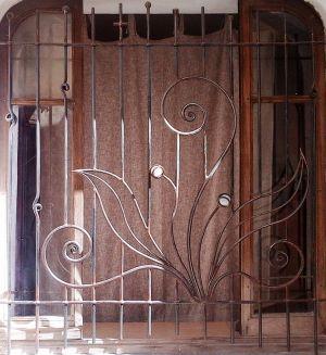 Grille de fenêtre en fer et pierres