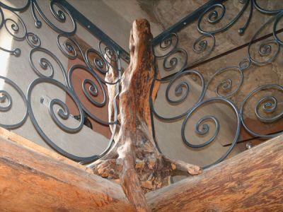 Rambarde avec poteaux en bois de cade et fer forgé