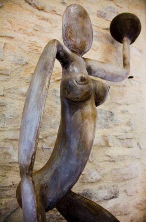 Sculpture femme-monde en plâtre