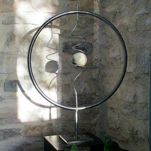 Cercle en fer-forgé avec boule en bois fossilisé