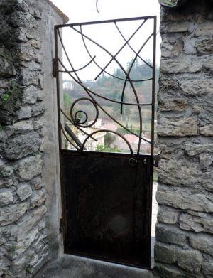 grille de porte en fer forgé